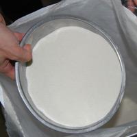粉自体は白く、黒い点のようなものは、芋の皮です。