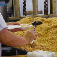 ひきわり納豆は、機械ではなく人の手で盛り込んでいます。